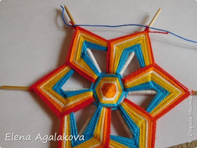 Итак, я сегодня покажу как плести Мандалу-Коловрат - древний славянский оберег символизирующий вечное движение Солнца по небу и связь со своим Родом.  Я сплела шести лучевую мандалу, но коловраты бывают и четырех и восьми лучевые, можно встретить и с большим количеством лучей. Можно плести коловраты различных цветов.  Мне захотелось сплести Солнышко на голубом небе.  Само слово «коловрат» имеет русское происхождение и с древнеславянского переводится как «вращение колеса», «круговорот» (коло – круг, колесо, врат – ворот – вращение). Однако древние славяне называли словом «коло» не только колесо, но и использовали его в качестве эпитета Солнца («наше солнышко – колоколнышко»). Отсюда другое название коловрата – Солцеворот. Солнце, дарящее жизнь, урожай и процветание почиталось во всех древних культурах. фото 29
