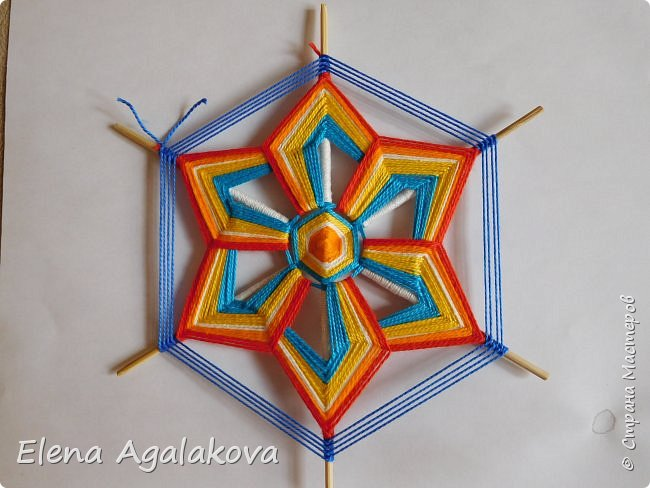 Итак, я сегодня покажу как плести Мандалу-Коловрат - древний славянский оберег символизирующий вечное движение Солнца по небу и связь со своим Родом.  Я сплела шести лучевую мандалу, но коловраты бывают и четырех и восьми лучевые, можно встретить и с большим количеством лучей. Можно плести коловраты различных цветов.  Мне захотелось сплести Солнышко на голубом небе.  Само слово «коловрат» имеет русское происхождение и с древнеславянского переводится как «вращение колеса», «круговорот» (коло – круг, колесо, врат – ворот – вращение). Однако древние славяне называли словом «коло» не только колесо, но и использовали его в качестве эпитета Солнца («наше солнышко – колоколнышко»). Отсюда другое название коловрата – Солцеворот. Солнце, дарящее жизнь, урожай и процветание почиталось во всех древних культурах. фото 30