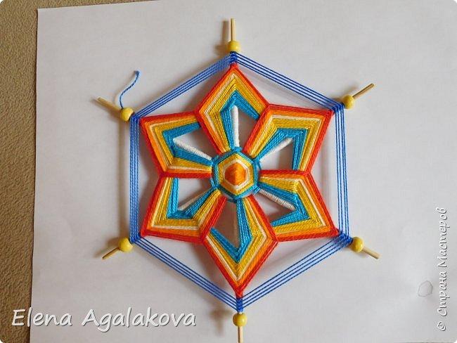 Итак, я сегодня покажу как плести Мандалу-Коловрат - древний славянский оберег символизирующий вечное движение Солнца по небу и связь со своим Родом.  Я сплела шести лучевую мандалу, но коловраты бывают и четырех и восьми лучевые, можно встретить и с большим количеством лучей. Можно плести коловраты различных цветов.  Мне захотелось сплести Солнышко на голубом небе.  Само слово «коловрат» имеет русское происхождение и с древнеславянского переводится как «вращение колеса», «круговорот» (коло – круг, колесо, врат – ворот – вращение). Однако древние славяне называли словом «коло» не только колесо, но и использовали его в качестве эпитета Солнца («наше солнышко – колоколнышко»). Отсюда другое название коловрата – Солцеворот. Солнце, дарящее жизнь, урожай и процветание почиталось во всех древних культурах. фото 31