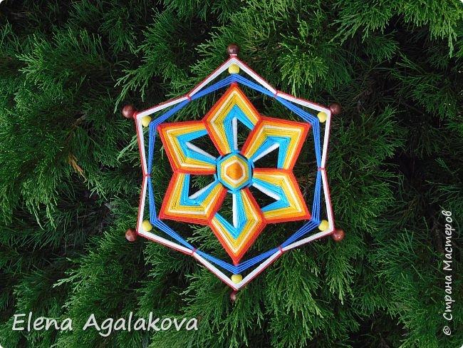 Итак, я сегодня покажу как плести Мандалу-Коловрат - древний славянский оберег символизирующий вечное движение Солнца по небу и связь со своим Родом.  Я сплела шести лучевую мандалу, но коловраты бывают и четырех и восьми лучевые, можно встретить и с большим количеством лучей. Можно плести коловраты различных цветов.  Мне захотелось сплести Солнышко на голубом небе.  Само слово «коловрат» имеет русское происхождение и с древнеславянского переводится как «вращение колеса», «круговорот» (коло – круг, колесо, врат – ворот – вращение). Однако древние славяне называли словом «коло» не только колесо, но и использовали его в качестве эпитета Солнца («наше солнышко – колоколнышко»). Отсюда другое название коловрата – Солцеворот. Солнце, дарящее жизнь, урожай и процветание почиталось во всех древних культурах. фото 34