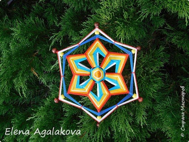 Итак, я сегодня покажу как плести Мандалу-Коловрат - древний славянский оберег символизирующий вечное движение Солнца по небу и связь со своим Родом.  Я сплела шести лучевую мандалу, но коловраты бывают и четырех и восьми лучевые, можно встретить и с большим количеством лучей. Можно плести коловраты различных цветов.  Мне захотелось сплести Солнышко на голубом небе.  Само слово «коловрат» имеет русское происхождение и с древнеславянского переводится как «вращение колеса», «круговорот» (коло – круг, колесо, врат – ворот – вращение). Однако древние славяне называли словом «коло» не только колесо, но и использовали его в качестве эпитета Солнца («наше солнышко – колоколнышко»). Отсюда другое название коловрата – Солцеворот. Солнце, дарящее жизнь, урожай и процветание почиталось во всех древних культурах. фото 1
