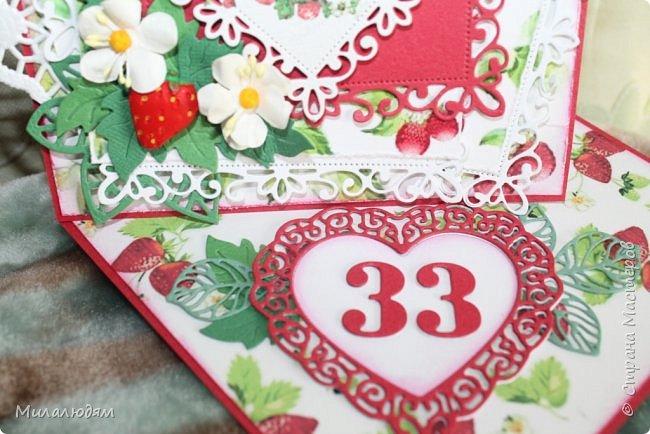 Всем здравствуйте! Я снова со свадебной темой. Хотя по виду эту открытку свадебной трудно назвать, но она сделана к 33-летней годовщине свадьбы, и называется она Клубничная. Вообще у этой годовщины есть еще второе название Каменная. Но мне больше понравилось название Клубничная. Я когда прочитала это название и сразу захотела сделать открытку. Хотела много кружева и фатина. Но от кружева я еще в замыслах отказалась, а про фатин почему то забыла. Фатин придал бы воздушность слоям и опять же ассоциация с фатой. Это фото на солнышке в саду. фото 16