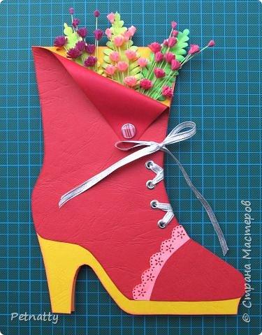 Открытку сделала некоторое время назад на день рождения подруге - моднице. Открытка состоит из двух отдельных частей, которые держатся вместе шнуровкой. Внутри кармашек для денежного подарка. фото 1