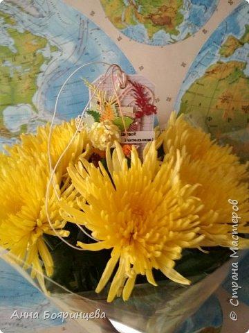 Всем привет!!!!! Вот и мы пошли в первый класс!!! Для букета делала тэг, и сделала его на палочке чтобы вставить его в букет, и для надежности еще привязан шнурочком к цветку.  фото 5