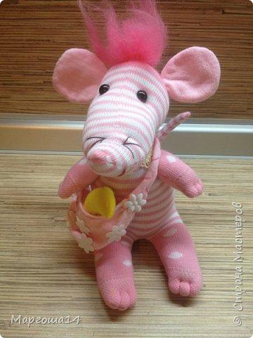 Привет  ВСЕМ!!! Продолжаю придумывать и шить из носков игрушки. Это крыска с сумочкой,в которой лежит кусочек сыра.  фото 2