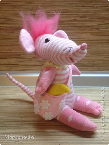 Привет  ВСЕМ!!! Продолжаю придумывать и шить из носков игрушки. Это крыска с сумочкой,в которой лежит кусочек сыра.  фото 3
