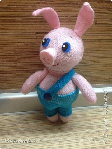 Привет  ВСЕМ!!! Продолжаю придумывать и шить из носков игрушки. Это крыска с сумочкой,в которой лежит кусочек сыра.  фото 4
