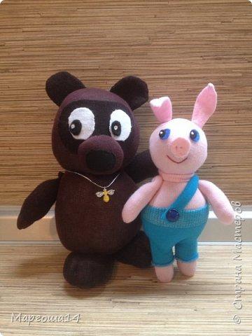 Привет  ВСЕМ!!! Продолжаю придумывать и шить из носков игрушки. Это крыска с сумочкой,в которой лежит кусочек сыра.  фото 9