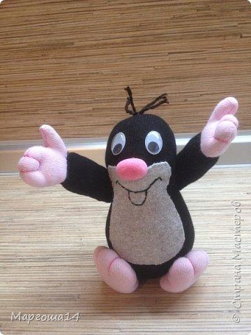 Привет  ВСЕМ!!! Продолжаю придумывать и шить из носков игрушки. Это крыска с сумочкой,в которой лежит кусочек сыра.  фото 12