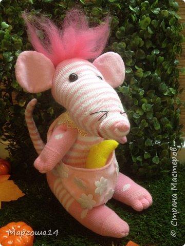 Привет  ВСЕМ!!! Продолжаю придумывать и шить из носков игрушки. Это крыска с сумочкой,в которой лежит кусочек сыра.  фото 1