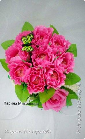 Кружечка с цветами из конфет.Кружка также ручной работы (из бумажных трубочек),только другого мастера. фото 3