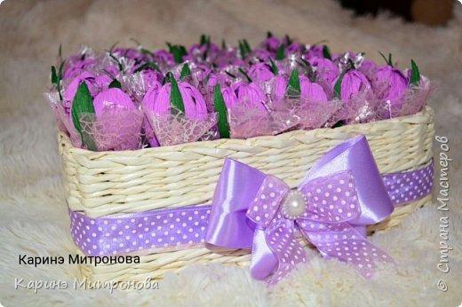 Корзинка с 37 крокусами из конфет в корзинке) фото 1