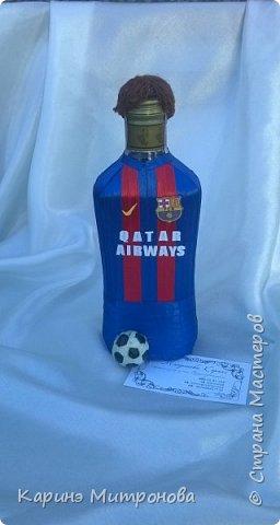 """Ещё один подарочек для любителей фк """"Барселона"""".Декор бутылки делала из узкой атласной ленты,волосы из ниток для вязания,мяч из пластилина(покрывала обычным прозрачным лаком) фото 1"""