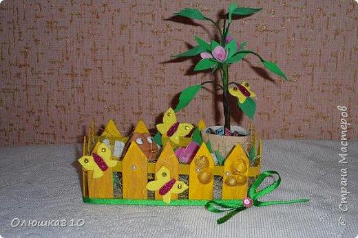 """Миниатюра """"Огородик """"Летняя забава"""", неплохая идея для поделок в сад и школу. Использован переплетный картон, фоамиран обычный и с блестками, тейп-лента и проволока, газета, клей горячий и пва, лента, готовая фигурка лягушки, кубики от развалившегося брелка """"кубик-рубик"""", сизаль, краска акриловая, стразы, полубусины, ракушки, стаканчик от йогурта растишка. фото 2"""