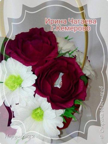 Корзина роз и хризантем с конфетами рафаэлло  фото 2