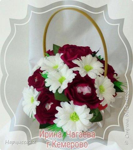 Корзина роз и хризантем с конфетами рафаэлло  фото 1