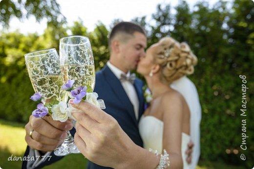 """Ну как я могла остаться в стороне, когда речь идет о свадьбе моей дочечки. Поэтому получился вот такой наборчик. К сожалению, это то, что успела сфоткать, т.к. было некогда .  Для оформления  иcпользовала искусствнные цветы, которые  по цветовой гаммме перекликаются с букетом невесты и бутоньеркой жениха. Цветочки клеила на клей """"МОМЕНТ""""КРИСТАЛЛ"""". Всю роспись делала акриловым контуром фирмы """"IDEA"""" №017 фото 2"""