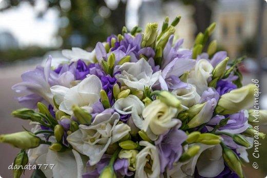 """Ну как я могла остаться в стороне, когда речь идет о свадьбе моей дочечки. Поэтому получился вот такой наборчик. К сожалению, это то, что успела сфоткать, т.к. было некогда .  Для оформления  иcпользовала искусствнные цветы, которые  по цветовой гаммме перекликаются с букетом невесты и бутоньеркой жениха. Цветочки клеила на клей """"МОМЕНТ""""КРИСТАЛЛ"""". Всю роспись делала акриловым контуром фирмы """"IDEA"""" №017 фото 3"""