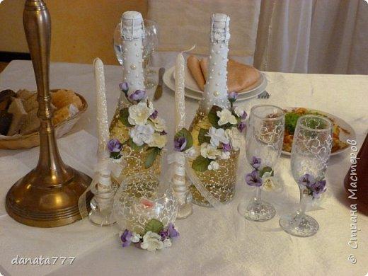 """Ну как я могла остаться в стороне, когда речь идет о свадьбе моей дочечки. Поэтому получился вот такой наборчик. К сожалению, это то, что успела сфоткать, т.к. было некогда .  Для оформления  иcпользовала искусствнные цветы, которые  по цветовой гаммме перекликаются с букетом невесты и бутоньеркой жениха. Цветочки клеила на клей """"МОМЕНТ""""КРИСТАЛЛ"""". Всю роспись делала акриловым контуром фирмы """"IDEA"""" №017 фото 1"""