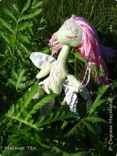 Вам нравятся цветы? А ирисы?  Лично мне нравятся полевые цветы, дикие за их свободу, за их нрав и ещё живучесть — ведь как вырастут из маленького зернышка сквозь асфальт и камни!   Но сегодня речь пойдёт от ирисах. Точнее о маленькой чудесной феи, что назвалась этим цветком.   Ирисы ведь такие — капризные, воздушные, и долго-долго спят, прежде чем показать всю свою красоту.  Вот и моя фея оказалась соней *смеюсь* Спит и спит, поэтому и назвал её фея сплюшка :3 Вдохновился видом цветов — розовый ирис, и постепенно работаю над образом фото 8