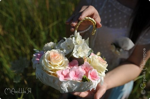 Свадебный букет создавала впервые, получился в стиле шебби-шик,очень старалась не переборщить с тонировкой.Букет на фоне самого создателя))) фото 10