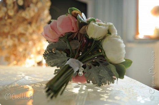 Свадебный букет создавала впервые, получился в стиле шебби-шик,очень старалась не переборщить с тонировкой.Букет на фоне самого создателя))) фото 7