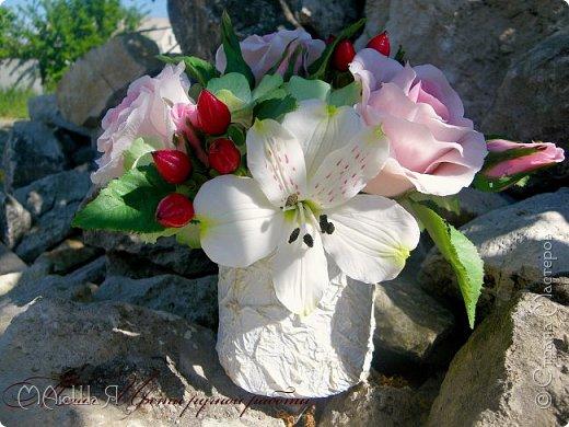 Здравствуйте!!! Создалась у меня ещё летом такая композиция. В неё вошли: розы, бутоны,гиперикум ягода, гортензия и альстрёмерия. фото 2