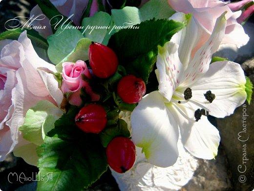 Здравствуйте!!! Создалась у меня ещё летом такая композиция. В неё вошли: розы, бутоны,гиперикум ягода, гортензия и альстрёмерия. фото 3