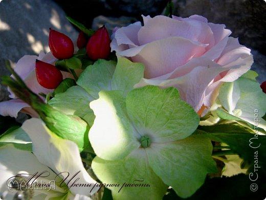 Здравствуйте!!! Создалась у меня ещё летом такая композиция. В неё вошли: розы, бутоны,гиперикум ягода, гортензия и альстрёмерия. фото 4