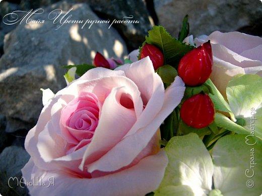 Здравствуйте!!! Создалась у меня ещё летом такая композиция. В неё вошли: розы, бутоны,гиперикум ягода, гортензия и альстрёмерия. фото 1