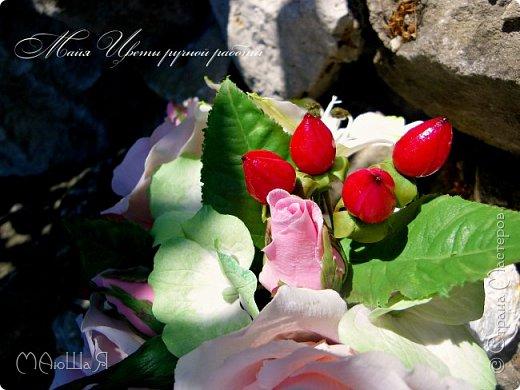 Здравствуйте!!! Создалась у меня ещё летом такая композиция. В неё вошли: розы, бутоны,гиперикум ягода, гортензия и альстрёмерия. фото 6