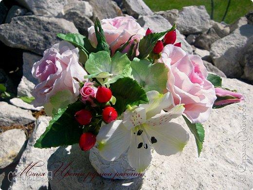 Здравствуйте!!! Создалась у меня ещё летом такая композиция. В неё вошли: розы, бутоны,гиперикум ягода, гортензия и альстрёмерия. фото 7