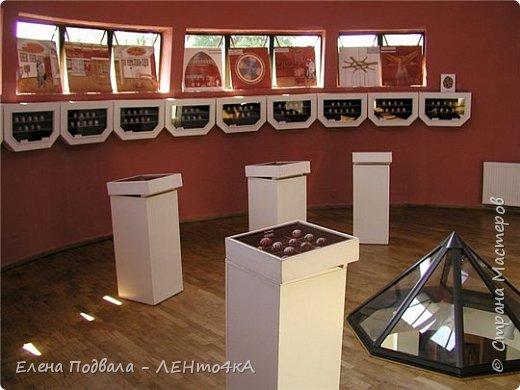 """Доброго времени суток, дорогие жители СМ! Я к вам опять со своей любимой Писанкой... Под впечатлением коломыйского музея! Кстати, Коломыя, по праву, считается """"центром-столицей писанкарства""""! У меня уже был вариант вышивки музея лентами и нитками... В этот раз - шерстяная акварель (частично выложенная шерстью, частично валяная иглой, частично вышитая)...  Опять же - учебная работа! Но я уже чувствую шерсть... Уже она меня начинает слушаться! И я ее тоже """"слушаю""""... начинаю понимать, чего я от нее хочу и чего она от меня ожидает... Рамочку заказала в багетной мастерской заранее... Размер 260*360 мм. Со стеклом... Мне этот багет уже давно очень понравился! Теперь я знаю точно, к чему его применять! Заказала еще один... На карпатский пейзаж, который у меня в проекте... И... благо, что до 10 сентября у меня работы пока мало и могу просто просиживать... """"от звонка до звонка"""" у себя в кассе и творить! Так и время пролетает незаметно, и с пользой! Как говорится: """"Солдат спит - служба идет!"""" Но здесь я тоже """"смухлевала""""... каюсь... Поскольку я валяла на фетре, в некоторых местах использовала иглу для валяния, но на самой """"писанке"""" решила белые линии выделить-подчеркнуть вышивкой белым акрилом... Подумала, а почему бы и нет? :-) В творчестве бывает ВСЁ! Ну, вот если бы я """"рисовала"""" только при помощи настила шерстью, на картонке с флизилином, вышивка бы точно была бы  нереальна...А так... Ну... почему бы и не рискнуть.... опять же... """"голь на выдумки хитра"""".... Для меня будет огромной честью подарить это свое """"ваяние"""" (в следующий свой приезд в Коломыю) супер-музею Писанки. Его сотрудники очень ценят подарки-изображения музея от различных """"творцов""""! У них уже есть свой небольшой отдел экспонатов-картин с изображением музея!  И мне будет очень приятно занять почётное место в ряду музейных подарков! фото 11"""