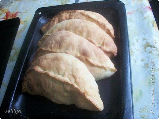"""Приветствую всех, кто любит узнавать  рецепты новых блюд и готовить по ним, а также всех просто  любопытных. К сожалению, почти 6 месяцев в году у меня нет возможности заниматься рукодельными работами, в это время я садовник-огородник-кулинар. В этих делах я тоже нахожу удовольствие Сегодня знакомлю вас с ещё одним блюдом татарской национальной кухни. Как успели, наверное, заметить мои постоянные гости, наши блюда очень сытные. Вот вам ещё один такой пирог, пирог-полумесяц. В кулинарных книгах он называется  """" бөккән"""" (от """"защипнуть"""") В нашей местности мы называем  """"кәкри"""" (""""кривульки""""), а вот в соседнем районе Башкирии, где живёт моя двоюродная сестра, он уже  """"бөкри"""" (от """"горбатый"""" или """"с горбом""""). Неважно, как называется, он очень вкусный, сытный, из самых обычных продуктов и быстро готовится. фото 19"""