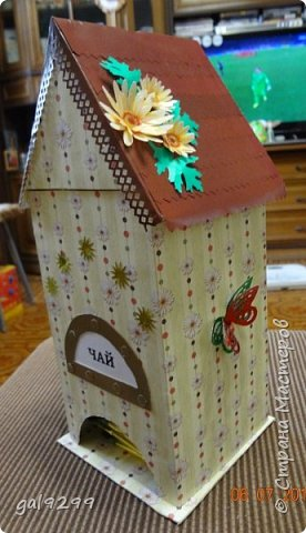 """Вдохновлялась поделками мастериц Страны Мастеров. Делала на День Рождения. Спереди край крыши делала фигурным дыроколом. Фасад украсила шильдиком и вырубкой фигурного дырокола """"Солнце"""". фото 6"""