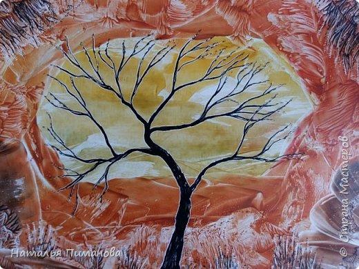 С началом осени Страна Мастеров и мастериц! Принимайте мои деревья. Создалась уже серия, буду с удовольствием показывать, что получается. Трехцветный фон картины выполнен на моей самодельной утюге-платформе. Нанесла воск, а потом маленьким малярным валиком прокатала его. Пришлось использовать три валика (для каждого цвета). Дерево нарисовала каутерием с  разными насадками. Размер картины А3. фото 2