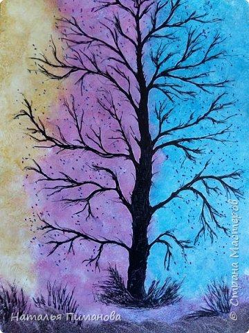 С началом осени Страна Мастеров и мастериц! Принимайте мои деревья. Создалась уже серия, буду с удовольствием показывать, что получается. Трехцветный фон картины выполнен на моей самодельной утюге-платформе. Нанесла воск, а потом маленьким малярным валиком прокатала его. Пришлось использовать три валика (для каждого цвета). Дерево нарисовала каутерием с  разными насадками. Размер картины А3. фото 1