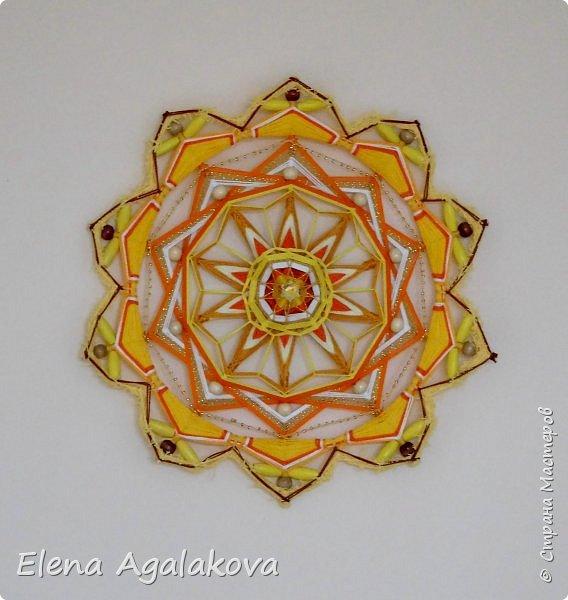 Продолжаю плести мандалы-чакры. Чакры - это семь энергетических центров человека, которые принимают, накапливают и распределяют тонкие земную и космическую энергии. Третья чакра-мандала Манипура. Чакра располагается на солнечном сплетении. Цвет - желтый. Символически изображается в виде желтого лотоса с десятью лепестками.  Моя первая 10-ти лучевая мандала ( на пяти палочках), это была непростая задача для меня. фото 4