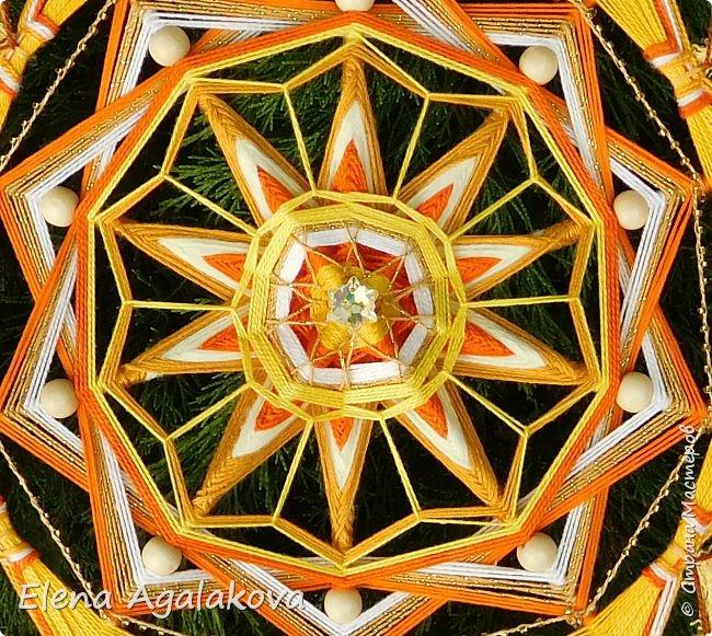 Продолжаю плести мандалы-чакры. Чакры - это семь энергетических центров человека, которые принимают, накапливают и распределяют тонкие земную и космическую энергии. Третья чакра-мандала Манипура. Чакра располагается на солнечном сплетении. Цвет - желтый. Символически изображается в виде желтого лотоса с десятью лепестками.  Моя первая 10-ти лучевая мандала ( на пяти палочках), это была непростая задача для меня. фото 2