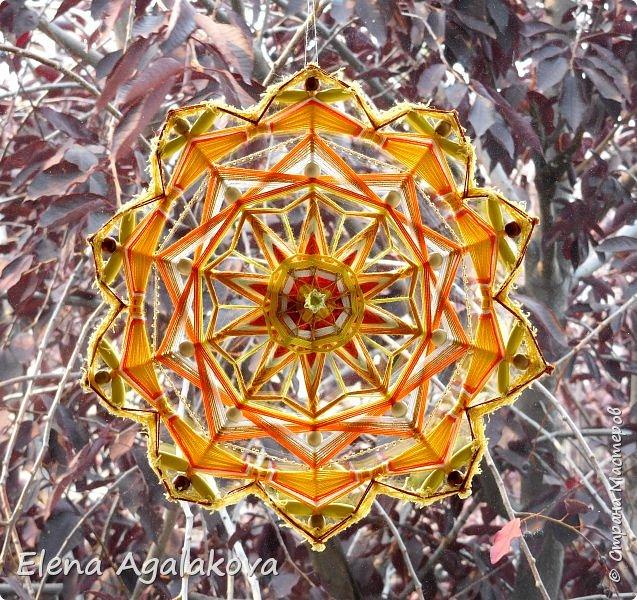 Продолжаю плести мандалы-чакры. Чакры - это семь энергетических центров человека, которые принимают, накапливают и распределяют тонкие земную и космическую энергии. Третья чакра-мандала Манипура. Чакра располагается на солнечном сплетении. Цвет - желтый. Символически изображается в виде желтого лотоса с десятью лепестками.  Моя первая 10-ти лучевая мандала ( на пяти палочках), это была непростая задача для меня. фото 3