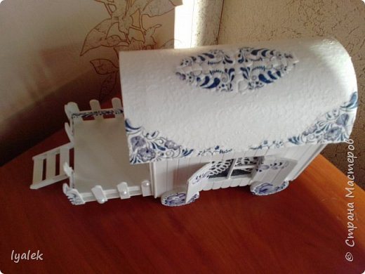 """Увидела домик на колесах в технике """"скрапбукинг"""" и решила сотворить нечто подобное из переплетного картона и палочек от мороженого. Крыша сделана из тонкого картона (дело №)) с применением кракелюра из яичной скорлупы (прошу прощения за не очень четкие фото) и ажурной салфетки, а также моего любимого декупажа! фото 4"""