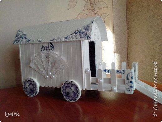 """Увидела домик на колесах в технике """"скрапбукинг"""" и решила сотворить нечто подобное из переплетного картона и палочек от мороженого. Крыша сделана из тонкого картона (дело №)) с применением кракелюра из яичной скорлупы (прошу прощения за не очень четкие фото) и ажурной салфетки, а также моего любимого декупажа! фото 2"""