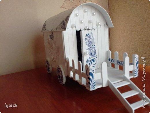 """Увидела домик на колесах в технике """"скрапбукинг"""" и решила сотворить нечто подобное из переплетного картона и палочек от мороженого. Крыша сделана из тонкого картона (дело №)) с применением кракелюра из яичной скорлупы (прошу прощения за не очень четкие фото) и ажурной салфетки, а также моего любимого декупажа! фото 3"""