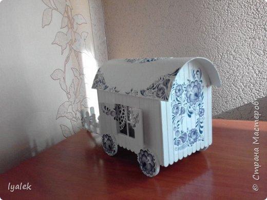 """Увидела домик на колесах в технике """"скрапбукинг"""" и решила сотворить нечто подобное из переплетного картона и палочек от мороженого. Крыша сделана из тонкого картона (дело №)) с применением кракелюра из яичной скорлупы (прошу прощения за не очень четкие фото) и ажурной салфетки, а также моего любимого декупажа! фото 5"""