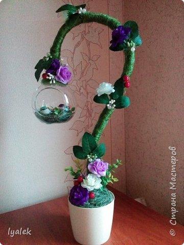 """Вот такое """"Птичье гнездышко"""" у меня получилось! Основание - алюминиевая проволока толщиной 8 мм, использовала сизаль, искусственные цветы,ягоды и листья, бусины и тычинки.  фото 2"""