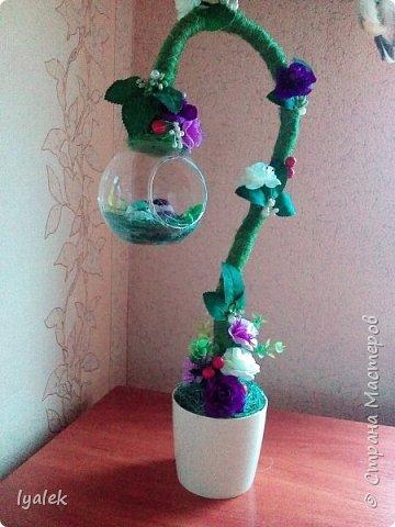 """Вот такое """"Птичье гнездышко"""" у меня получилось! Основание - алюминиевая проволока толщиной 8 мм, использовала сизаль, искусственные цветы,ягоды и листья, бусины и тычинки.  фото 3"""
