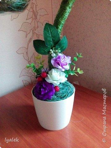 """Вот такое """"Птичье гнездышко"""" у меня получилось! Основание - алюминиевая проволока толщиной 8 мм, использовала сизаль, искусственные цветы,ягоды и листья, бусины и тычинки.  фото 4"""