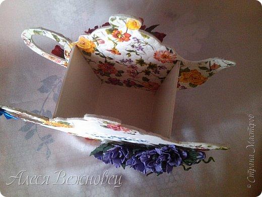 Такой чайничек я сделала для подарка подруге в День рождения. Чертеж  позаимствовала здесь http://www.liveinternet.ru/users/4673581/post386098093/ Цветы из акварельной бумаги, окрашены акриловыми красками. Использовала яичную скорлупу для кракелюра. Ну и конечно салфетки для декупажа!)  фото 5