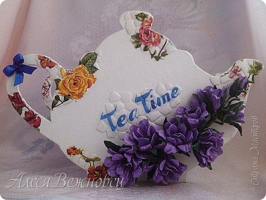 Такой чайничек я сделала для подарка подруге в День рождения. Чертеж  позаимствовала здесь http://www.liveinternet.ru/users/4673581/post386098093/ Цветы из акварельной бумаги, окрашены акриловыми красками. Использовала яичную скорлупу для кракелюра. Ну и конечно салфетки для декупажа!)  фото 1