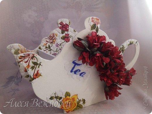 Такой чайничек я сделала для подарка подруге в День рождения. Чертеж  позаимствовала здесь http://www.liveinternet.ru/users/4673581/post386098093/ Цветы из акварельной бумаги, окрашены акриловыми красками. Использовала яичную скорлупу для кракелюра. Ну и конечно салфетки для декупажа!)  фото 2